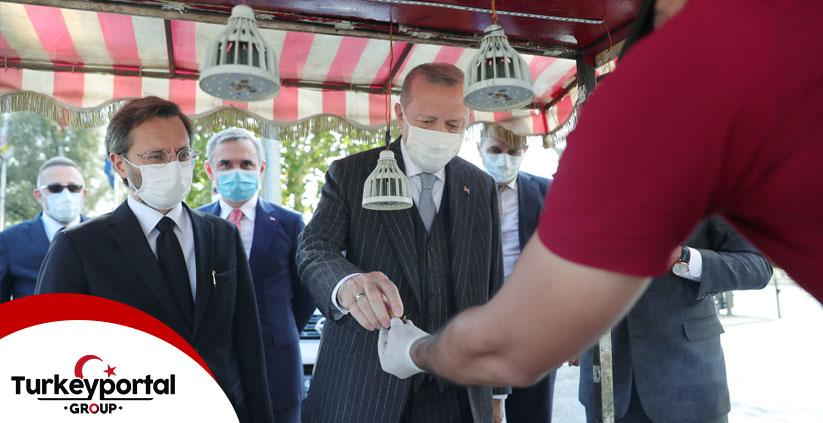حضور صمیمی اردوغان در جمع مردم استانبول؛  خرید  شاه بلوط از دستفروش